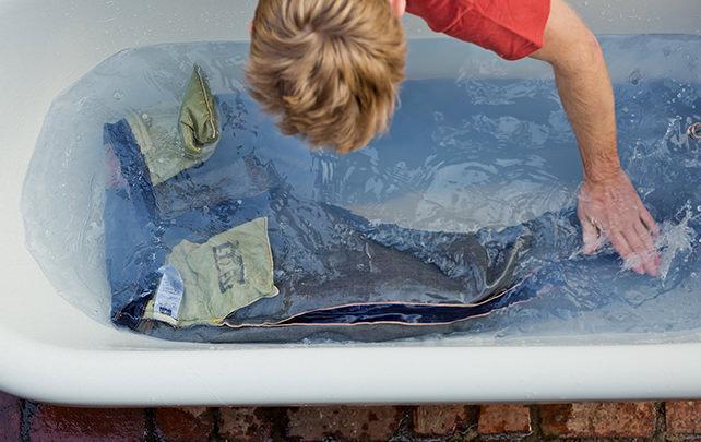 bien laver jean baignoire