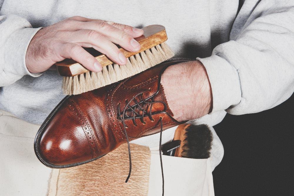 Comment bien glacer ses chaussures tuto video complet - Comment nettoyer des chaussures en cuir sans cirage ...