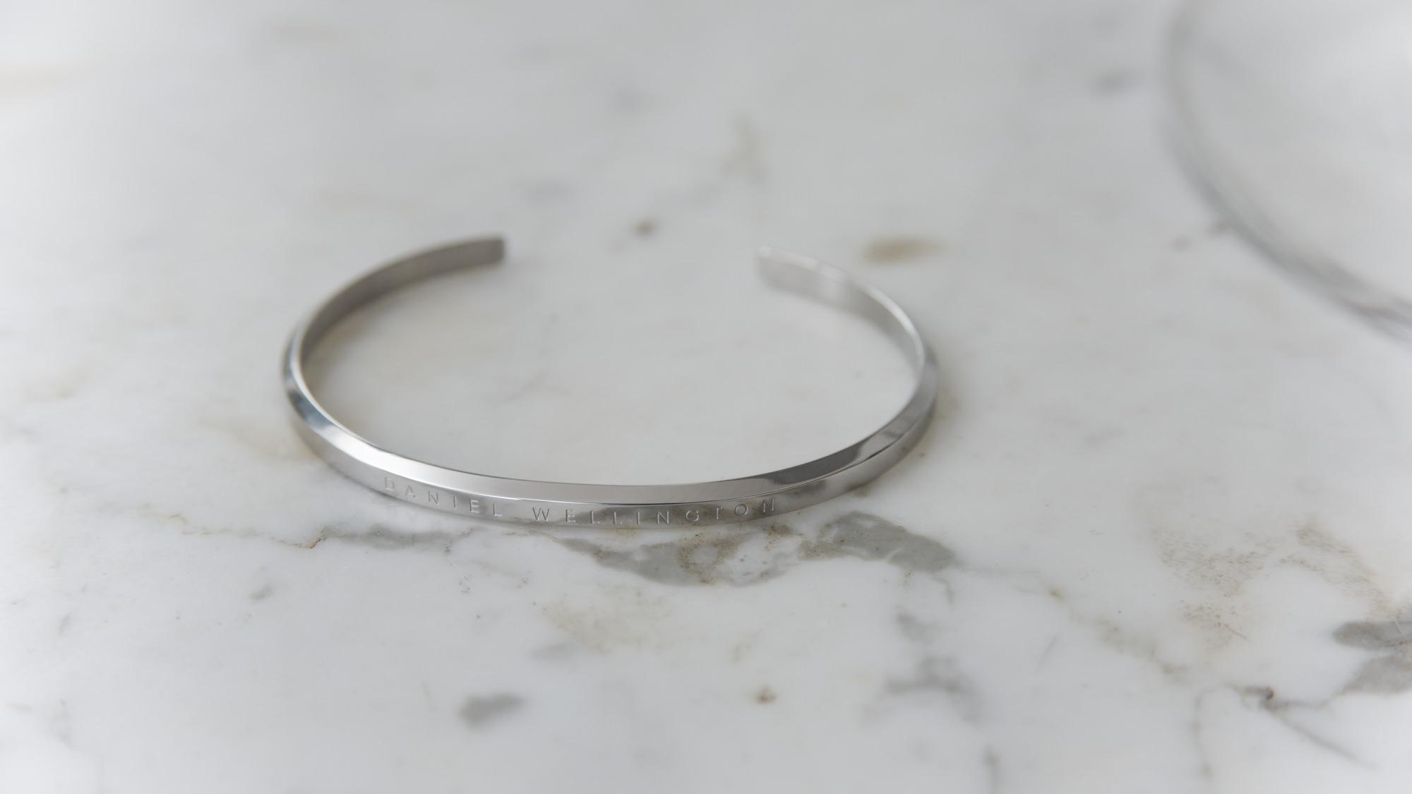 daniel-wellington-cuff-silver-closeup