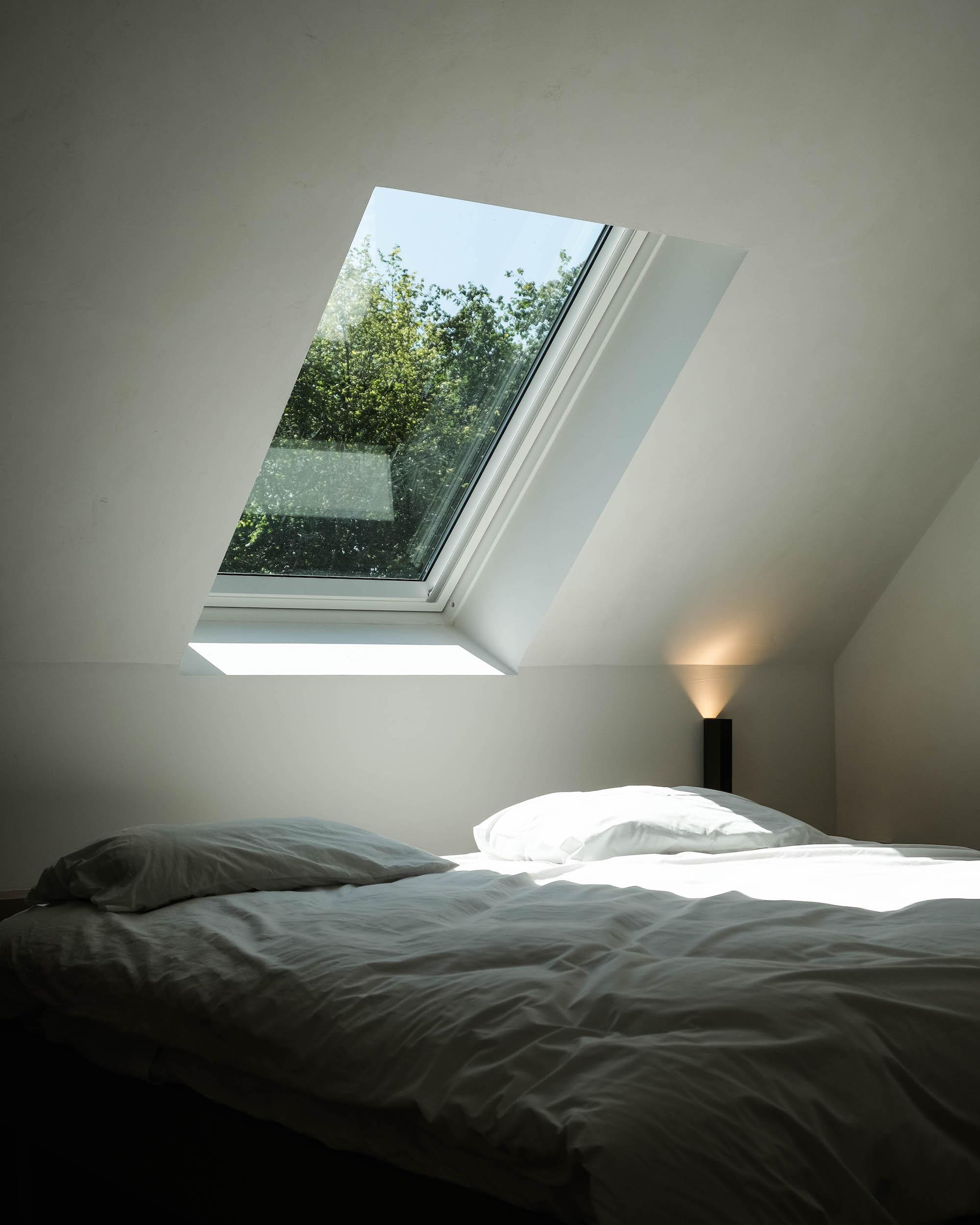 fenetre de toit velux chambre dessus lit