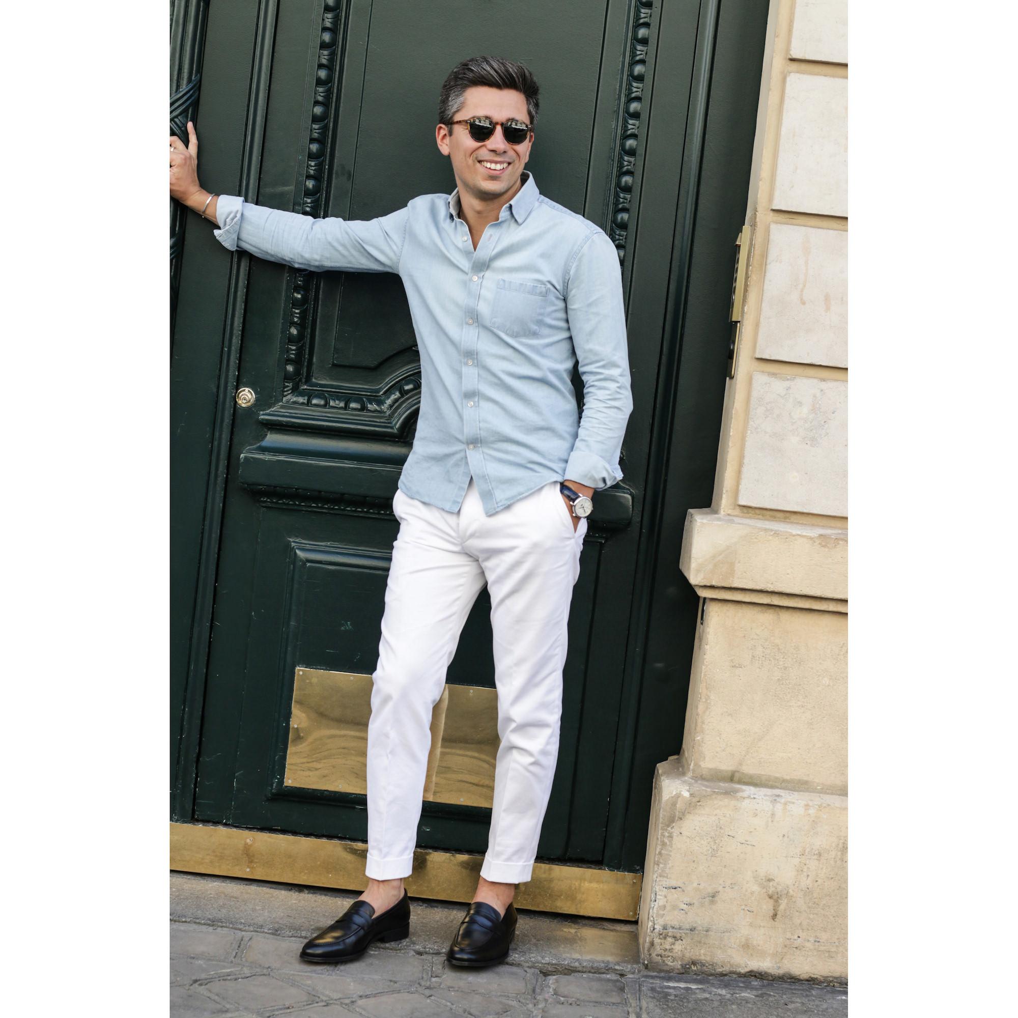 look homme pantalon blanc chemise jean bleu ciel chaussures noires