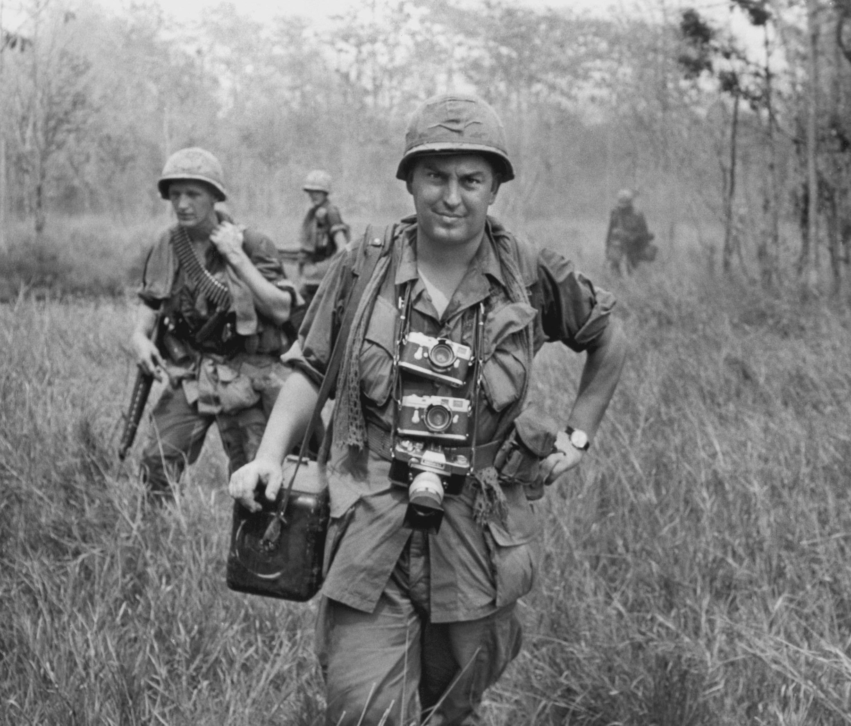 Le Photographe Horst Faas, Leica autour du cou, accompagne les troupes US dans la Zone de Guerre C. Vietnam, 1967