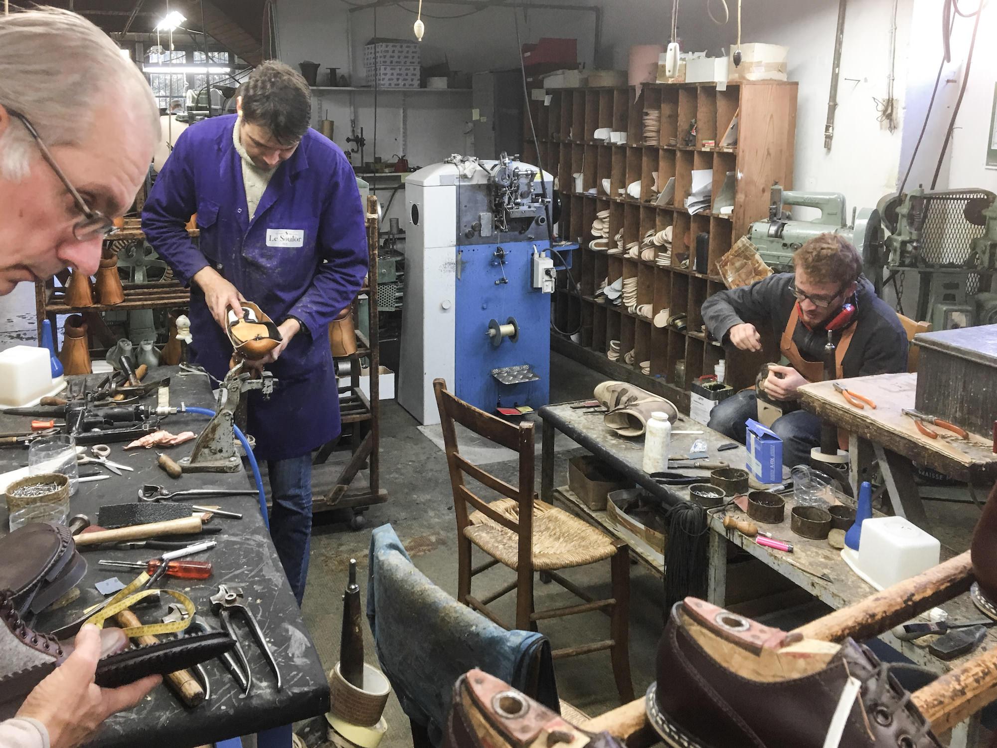 fabrication des chaussures le soulor dans l atelier de pontacq