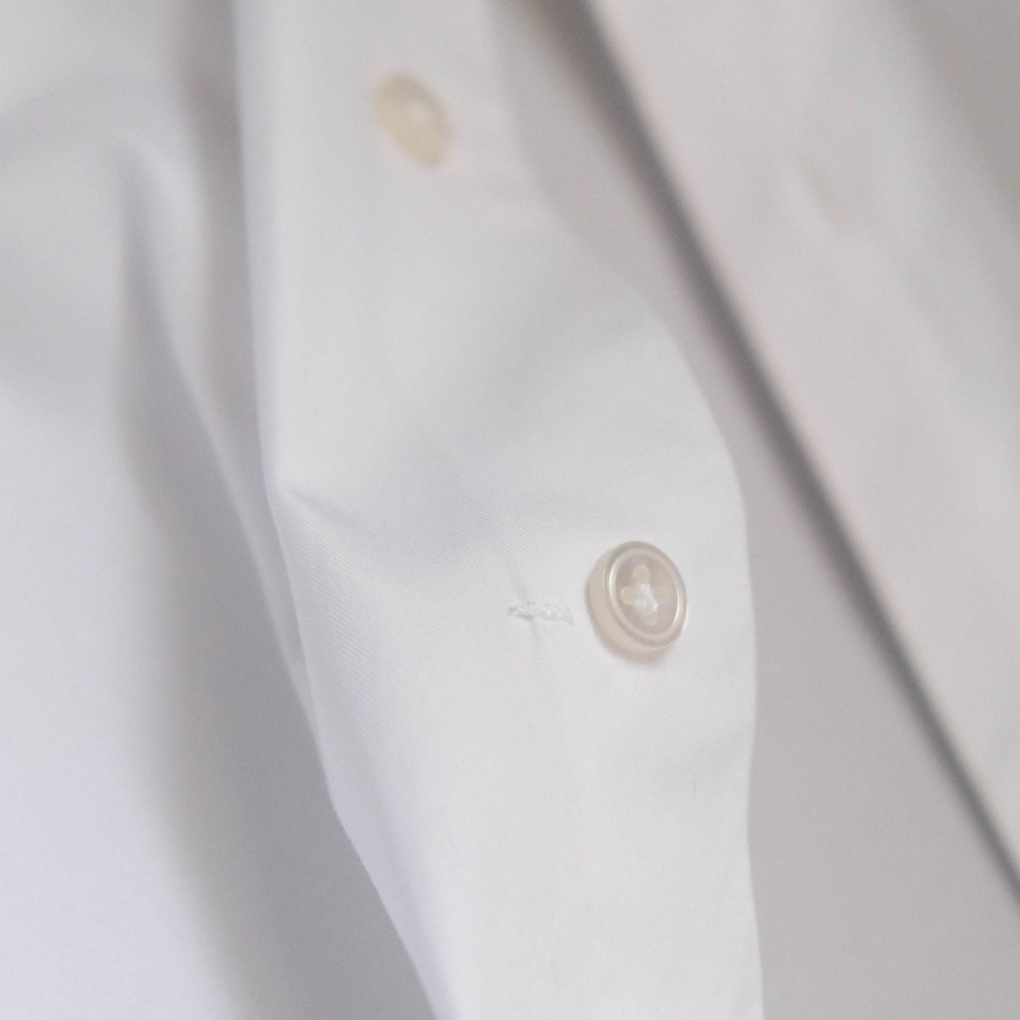 le travetto du quatrième bouton principal sur une chemise Avino Laboratorio Napoletano