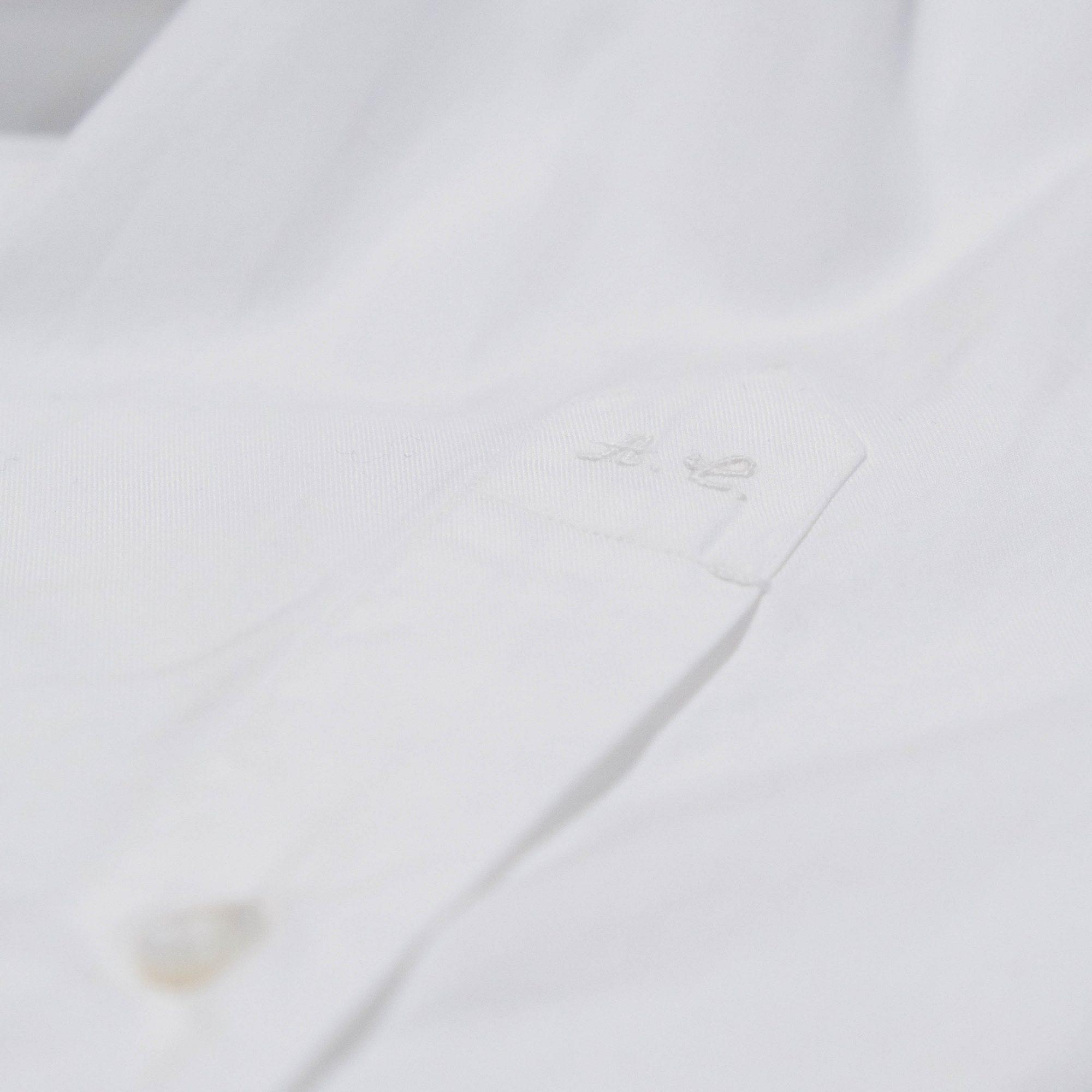 Initiales brodées à la mains sur une chemise sur-mesure Avino Laboratorio Napoletano.