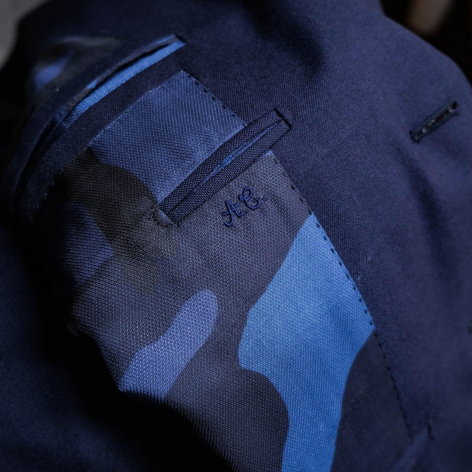 Initiales brodées sur une doublure de costume sur-mesure.