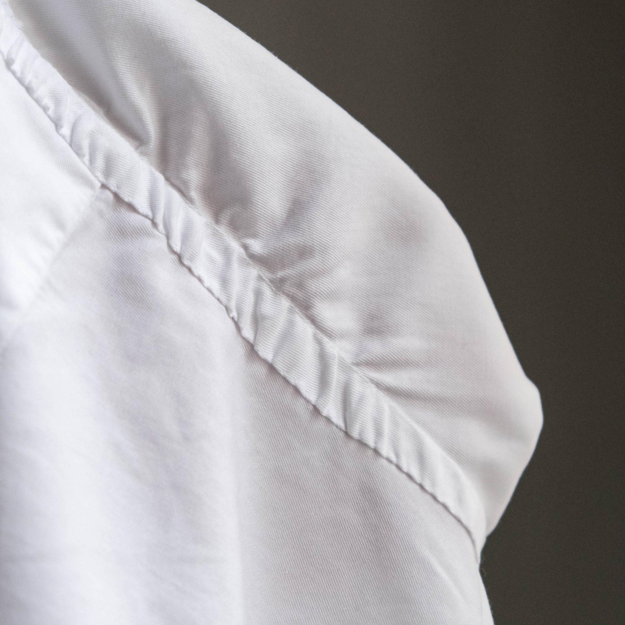 Le montage main de la manche d'une chemise sur-mesure Avino Laboratorio Napoletano.