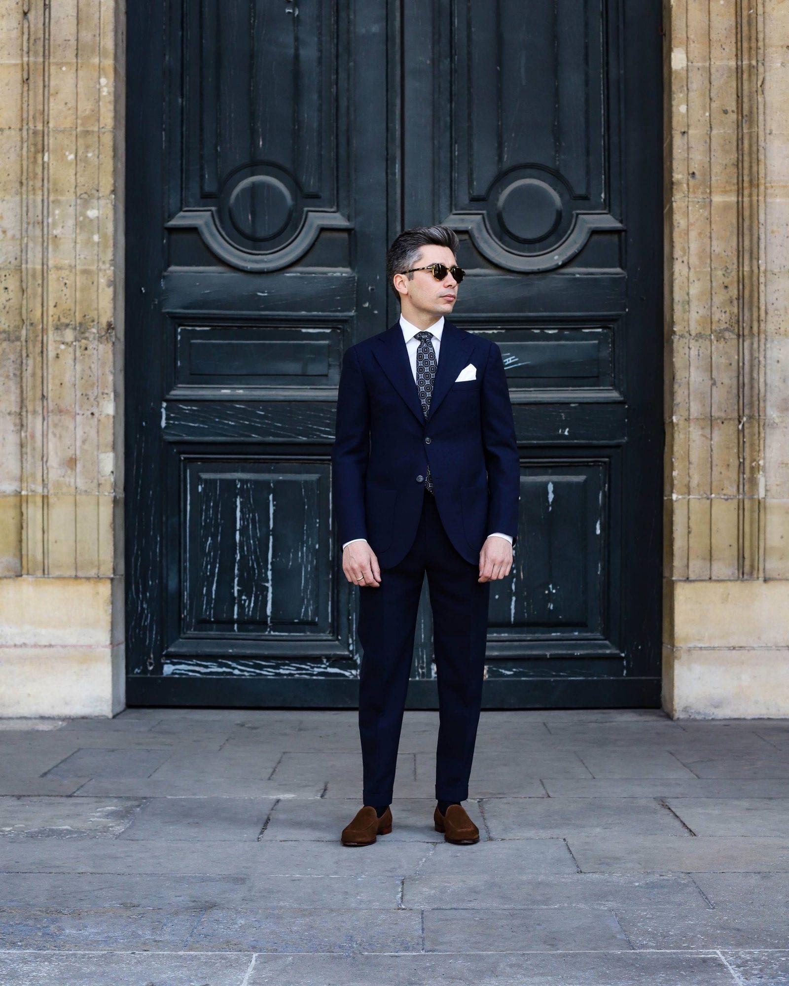 look homme costume bleu marine chemise blanche cravate motifs mocassins marrons
