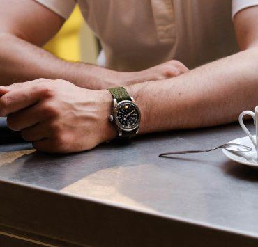 montre serica www wmb edition au poignet sur bracelet perlon vert olive