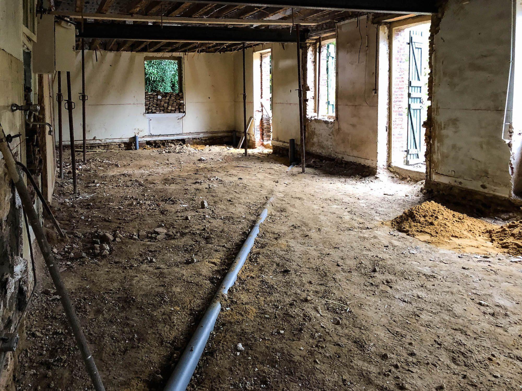 terre-battue-sol-maison-avant-dalle-beton