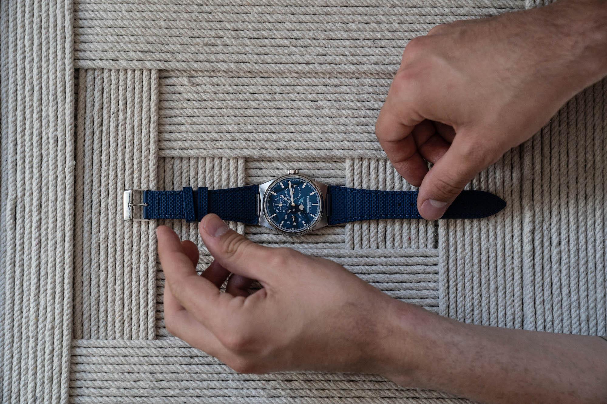 Frederique Constant Highlife calendrier perpetuel bleu sur caoutchouc bleu