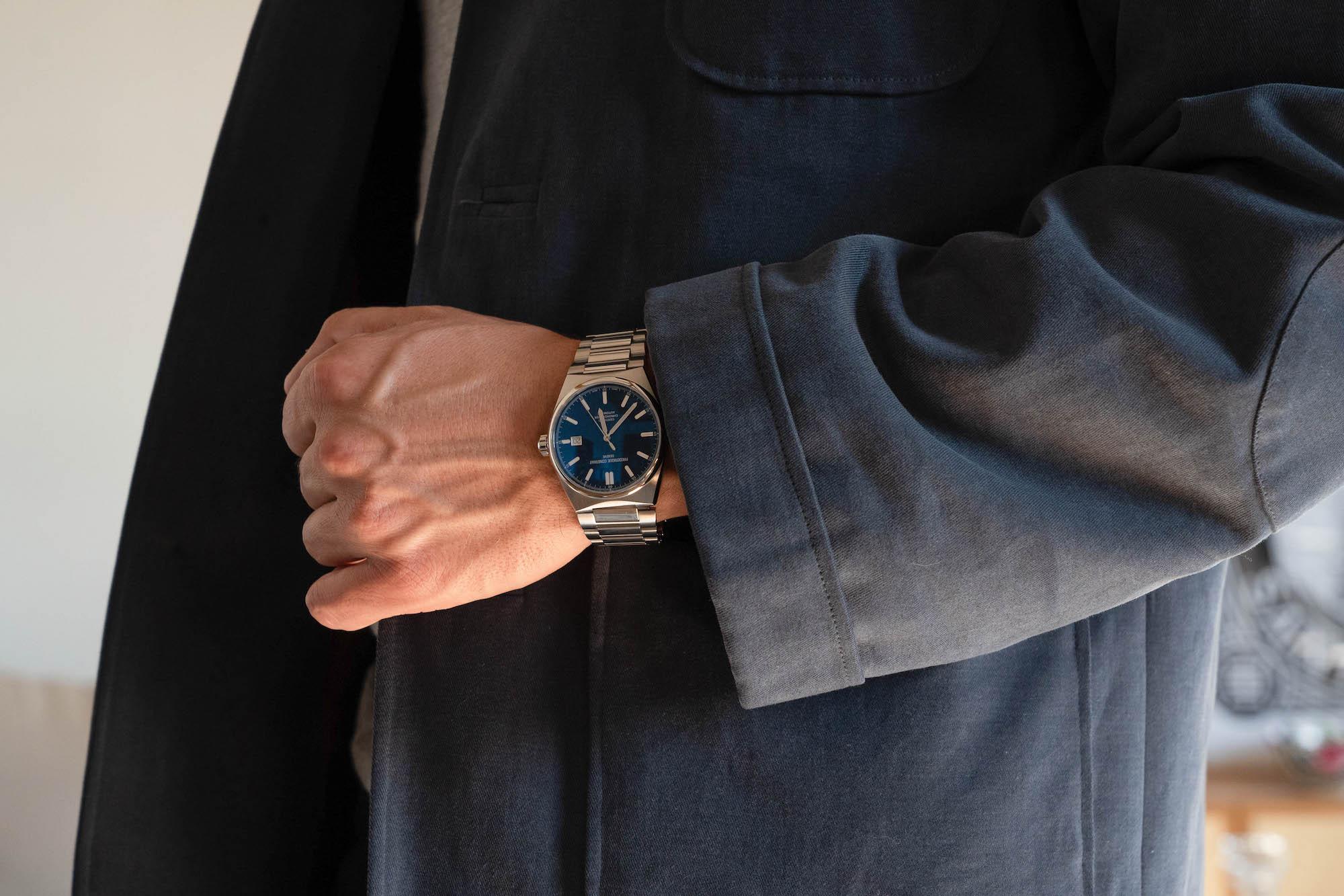 Frederique Constant Highlife portee au poignet bleu