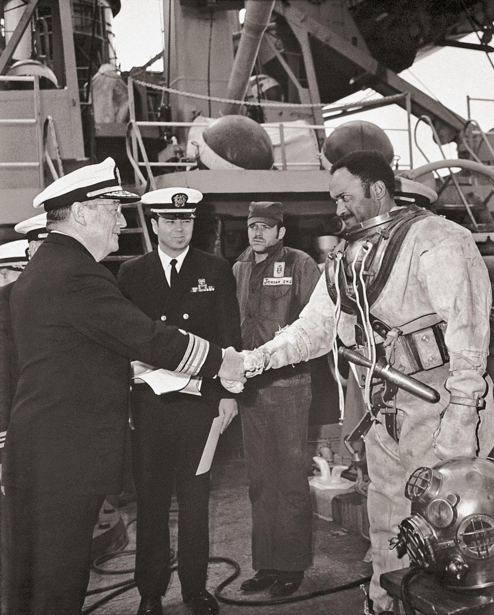 Carl Brashear rencontre le président Harry S. Truman, qui abolit la ségrégation dans les forces armées américaines