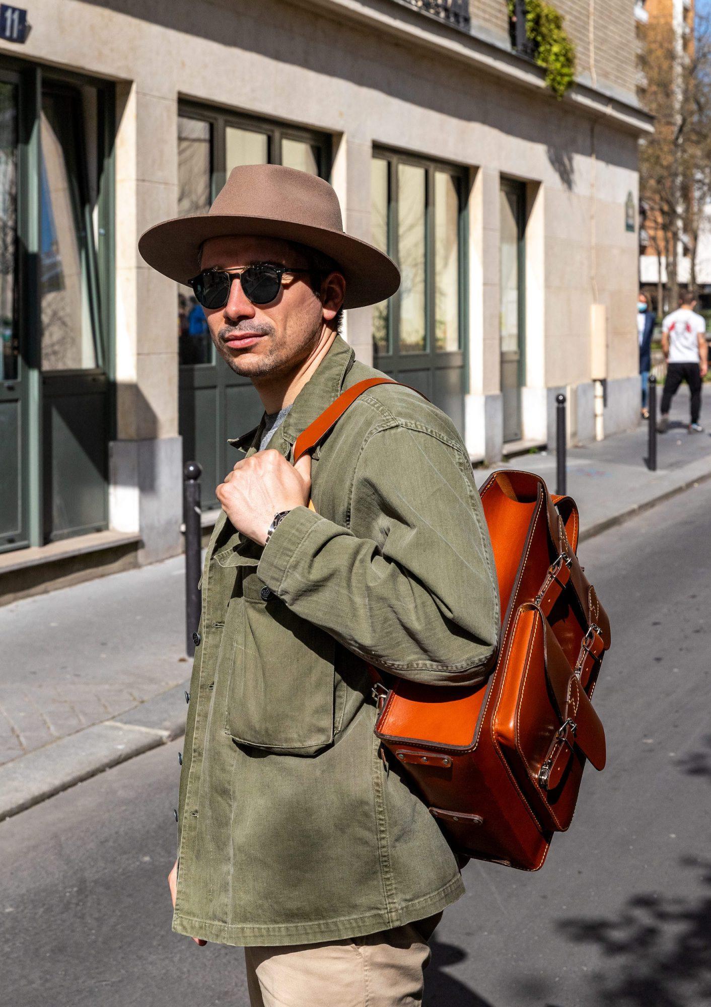look homme sac cuir chapeau veste verte